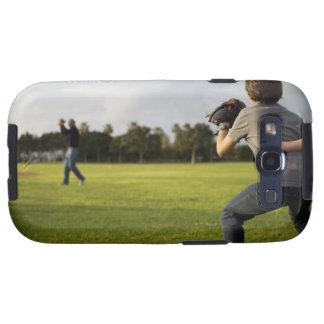 Un niño que lleva un guante de béisbol espera a su galaxy SIII coberturas