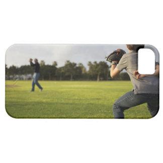 Un niño que lleva un guante de béisbol espera a su funda para iPhone SE/5/5s