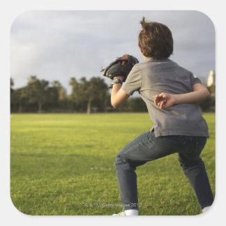 Un niño que lleva un guante de béisbol espera a su calcomanías cuadradass personalizadas