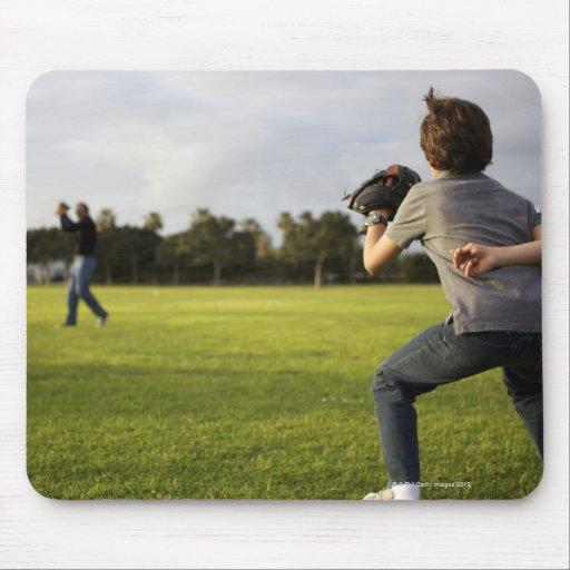 Un niño que lleva un guante de béisbol espera a su tapete de ratones