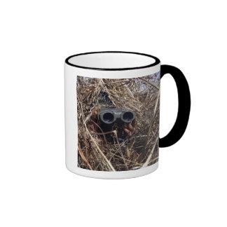 Un observador del explorador practica el techniqu  tazas de café