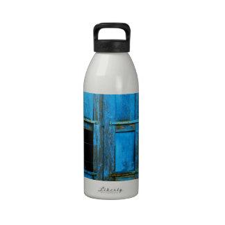 Un obturador azul viejo rústico hermoso Grecia de Botella De Agua