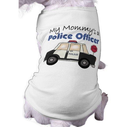 Un oficial de policía de la mamá camisa de perrito