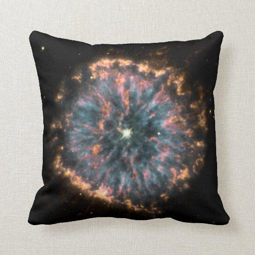 Un ojo celestial que brilla intensamente, conocido cojín decorativo