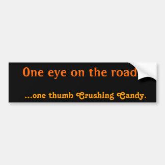 Un ojo en el camino… … un pulgar que machaca el ca pegatina para auto