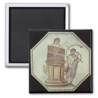 Un organista y un jugador de cuerno entretienen imán cuadrado