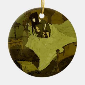 Un ornamento de Mythos Grimmly Adorno Navideño Redondo De Cerámica