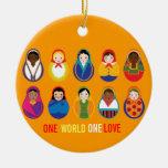 Un ornamento multicultural del amor del mundo uno adorno redondo de cerámica