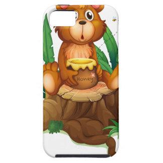 Un oso con la miel sobre un tronco iPhone 5 cárcasa