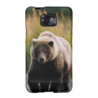 Un oso de Brown que camina en un rastro Samsung Galaxy S2 Fundas