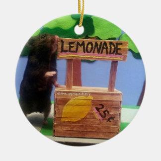 ¡Un oso en el puesto de limonadas! Adorno Navideño Redondo De Cerámica