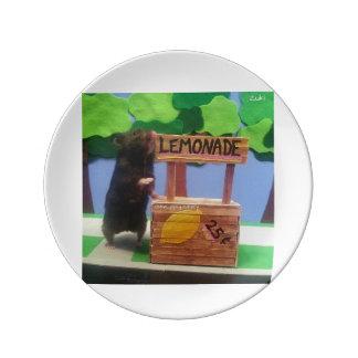 ¡Un oso en el puesto de limonadas! Plato De Cerámica