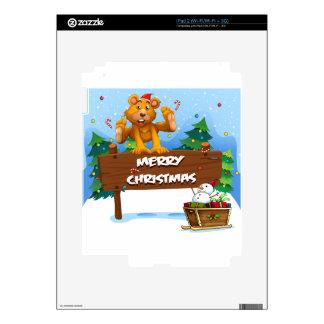 Un oso juguetón que juega cerca del navidad iPad 2 calcomanías