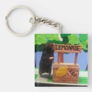 Un oso minúsculo quiere un poco de limonada llavero cuadrado acrílico a doble cara