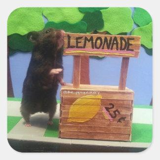 Un oso minúsculo quiere un poco de limonada pegatina cuadrada