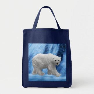 Un oso polar en la cascada congelada
