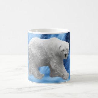 Un oso polar en la cascada congelada taza clásica