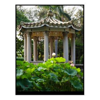 Un pabellón chino en medio de una charca de Lotus Tarjeta Postal