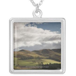Un paisaje con Rolling Hills y las nubes de arriba Colgante Cuadrado