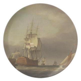 Un paisaje marino con los buques de guerra y el pe plato para fiesta