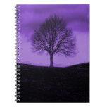 Un paisaje púrpura de la naturaleza de la silueta  libreta espiral