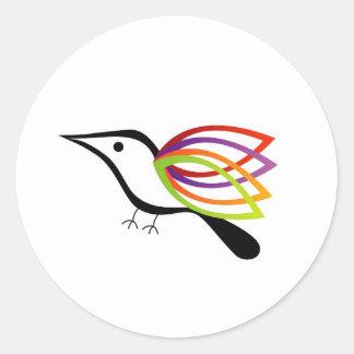 Un pájaro con las alas coloridas pegatinas redondas