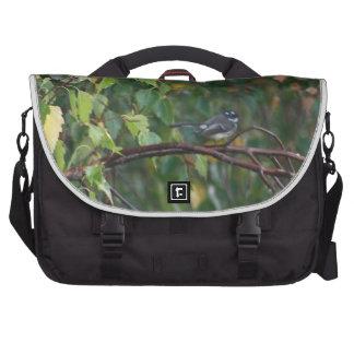 un pájaro en el arbusto bolsa para ordenador