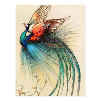 Un pájaro hermoso vuela del árbol del enebro postales