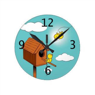 Un pájaro que lleva una letra de amor reloj