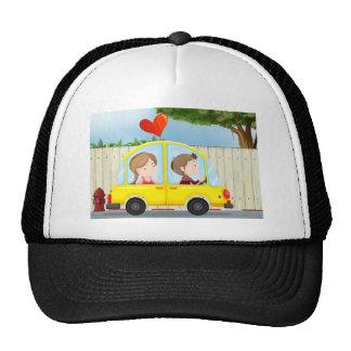 Un par dentro del coche amarillo gorras de camionero