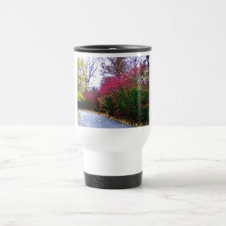 Un paseo de la tarde del otoño tazas de café