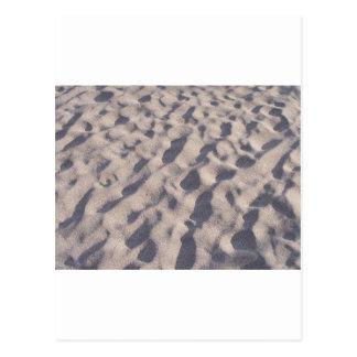 Un paseo en el diseño de la arena de la playa tarjeta postal
