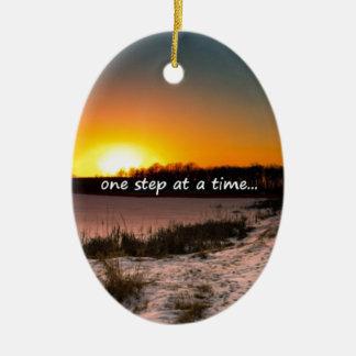 Un paso a la vez adorno navideño ovalado de cerámica