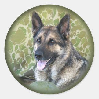Un pastor es el mejor amigo de un soldado etiqueta redonda