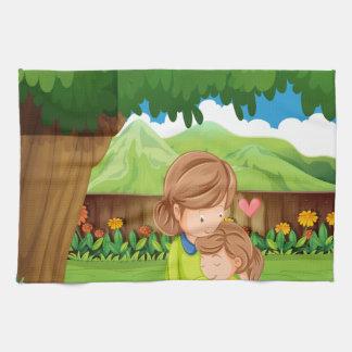 Un patio trasero con una madre y un niño toalla de mano