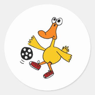 Un pato que juega el dibujo animado del fútbol pegatina redonda