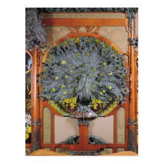 Un pavo real del panel central de un mural postal