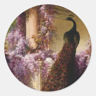Un pavo real y palomas en una impresión del jardín pegatina redonda