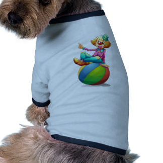 Un payaso que se sienta en una bola camisa de mascota
