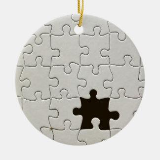 Un pedazo que falta del rompecabezas adorno navideño redondo de cerámica