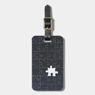 Un pedazo que falta del rompecabezas blanco y etiquetas bolsa