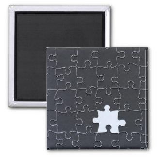 Un pedazo que falta del rompecabezas blanco y negr imán cuadrado