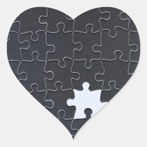 Un pedazo que falta del rompecabezas blanco y pegatina en forma de corazón
