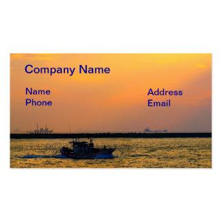 Un pequeño barco de pesca deja el puerto en la pue tarjeta de negocio
