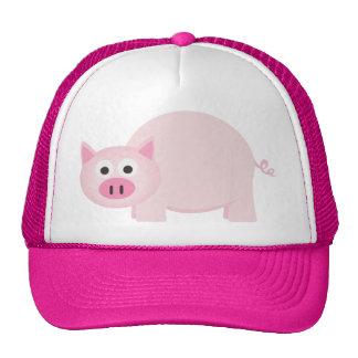 Un pequeño cerdo en rosa gorros bordados