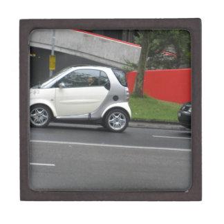 Un pequeño coche en las calles de Suiza Caja De Recuerdo De Calidad