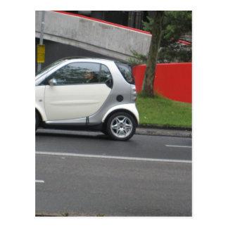 Un pequeño coche en las calles de Suiza Tarjetas Postales