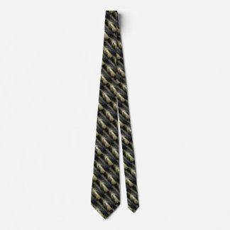 un pequeño cordero blanco detrás de una cerca en corbata personalizada