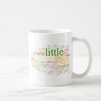 un pequeño muchacho del granjero taza de café