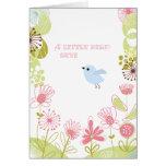 Un pequeño pájaro le agradece cardar tarjeta